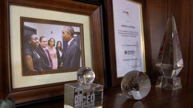 Picha ya Peju aliyopigwa akikutana na Barrack Obama ameiweka katika meza yake ya kufanyia kazi na anajivunia sana