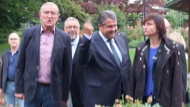 ガブリエル副首相は今月、抗議する右翼に中指を立て、物議をかもした