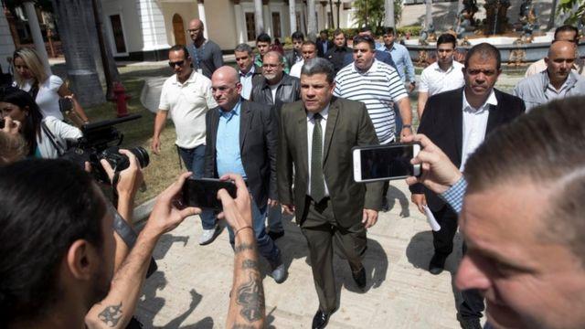 Luis Parra el lunes llega al Parlamento para una conferencia de prensa.