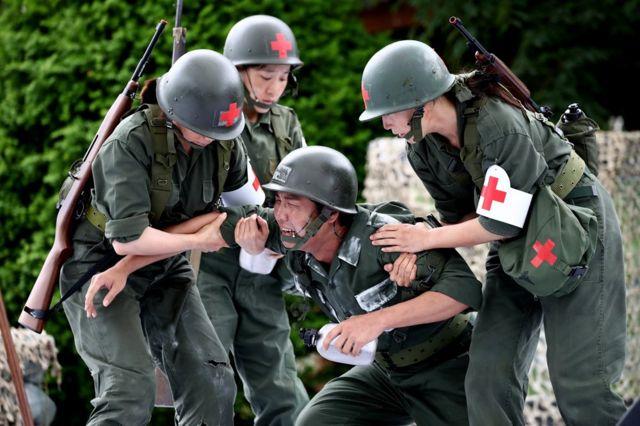 दक्षिण कोरियामा सैनिक बनेर अभिनय गर्दै कलाकारहरू