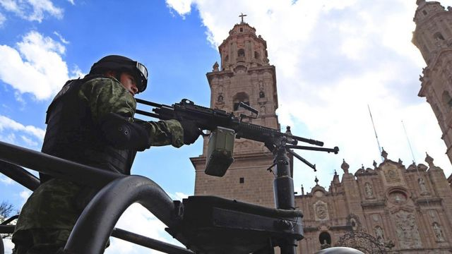 Soldado frente Iglesia.