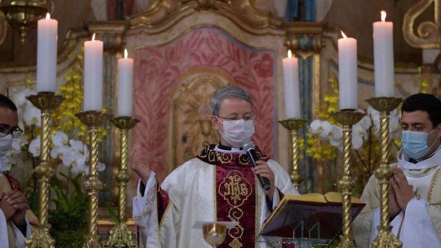 Padre celebrando missa