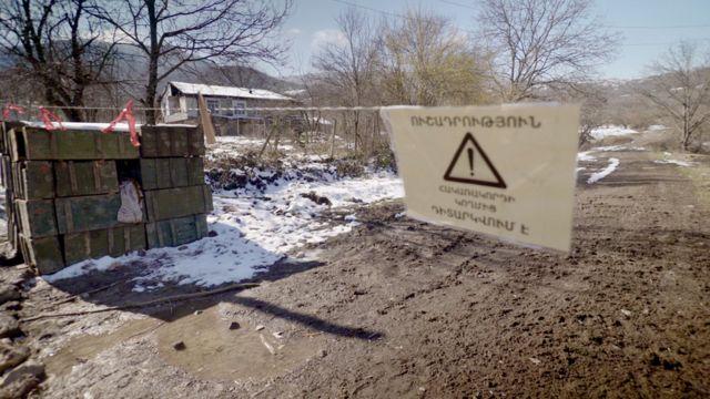 Знак на армянском на дороге