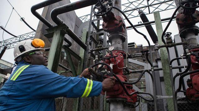 عامل نيجيري في موقع لإنتاج النفط