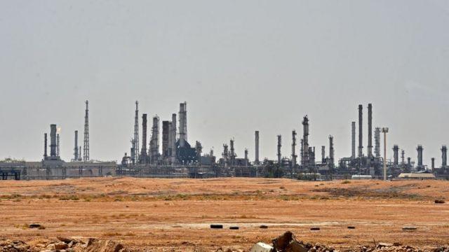 Instalação de petróleo de Aramco perto de al-Khurj