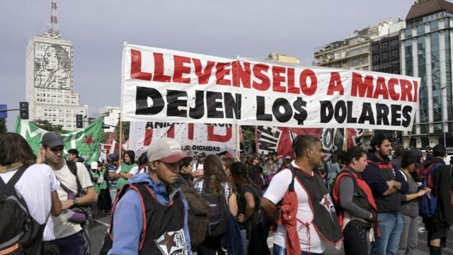 """""""Макри заберите себе, доллары оставьте нам"""". Аргентина не любит прижимистых политиков"""
