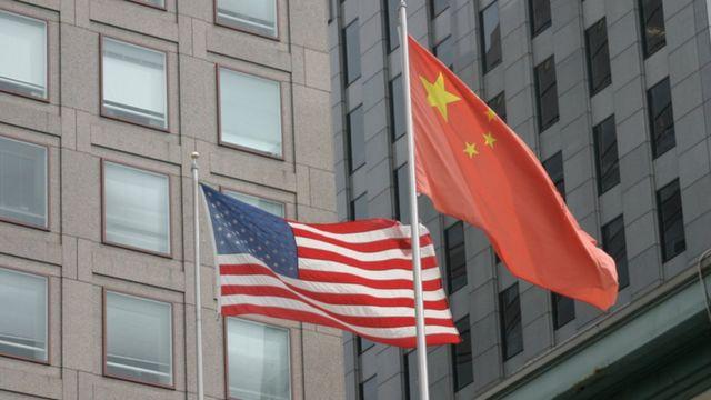 Bandeiras dos EUA e China tremulando lado a lado
