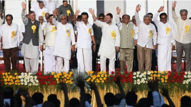 कई पार्टियों के नेता एक साथ मंच पर
