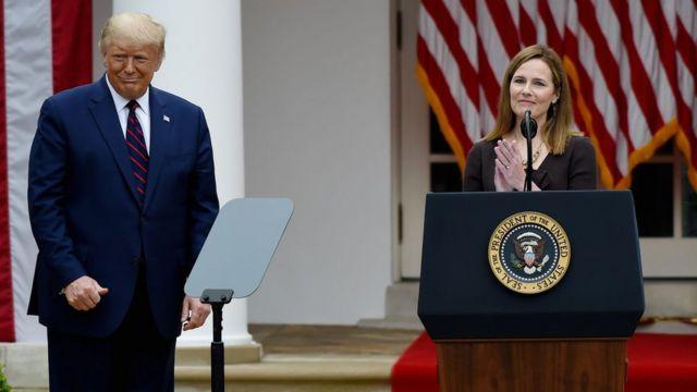 Donald Trump e Amy Coney Barrett.