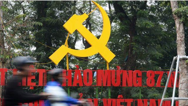 Biển hiệu chào mừng ngày thành lập đảng Cộng sản Việt Nam được dựng lên hàng năm.