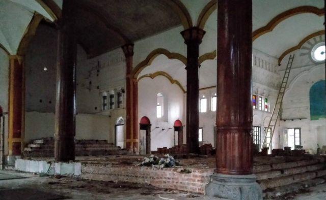 Các bàn thờ đã được gỡ khỏi gian cung thánh