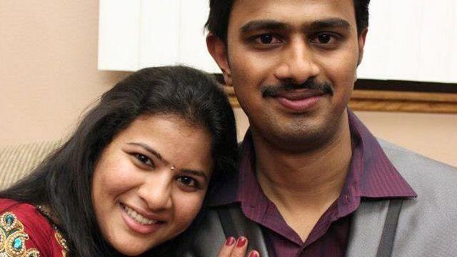 पति श्रीनिवास कुचीवोतला के साथ सुनयना दुमाला.