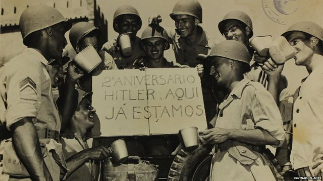 Soldados seguram cartaz