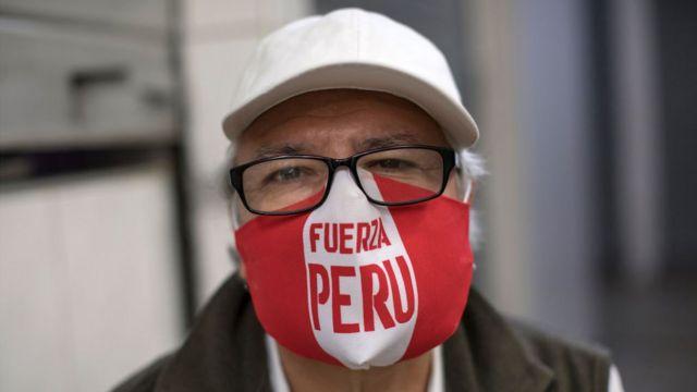 Un hombre con una mascarilla que dice Fuerza Perú