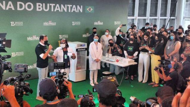 Monica Calazans, primeira pessoa a ser vacinada com a CoronaVac fora dos testes clínicos, ao lado do governador paulista João Doria