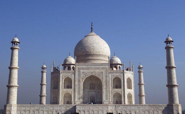 The Taj Mahal ayaa ku yaalla magaalada Agra ee waqooyiga Hindiya