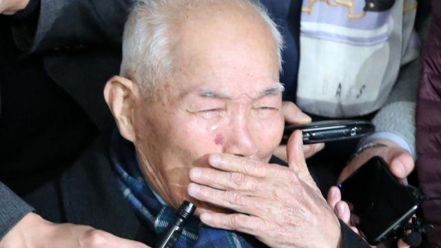 약 13년 전 소송을 제기한 강제징용 피해자 4명중 유일한 생존자인 이춘식(94) 할아버지가 소회를 밝히는 도중 눈물을 흘리고 있다