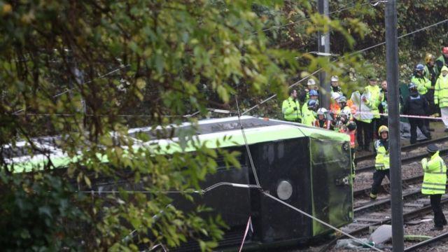 車両に閉じ込められた乗客の救助を行う消防隊員ら