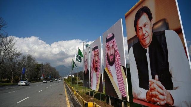 پوستر عمران خان، نخست وزیر پاکستان در کنار تصویر محمد بن سلمان و ملک سلمان در اسلامآباد