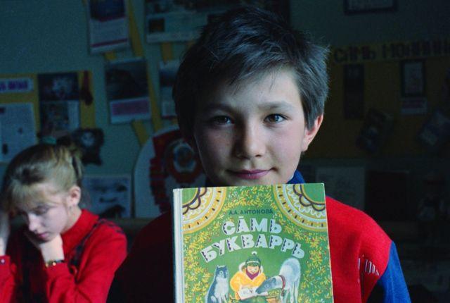 Школьник с саамским букварем