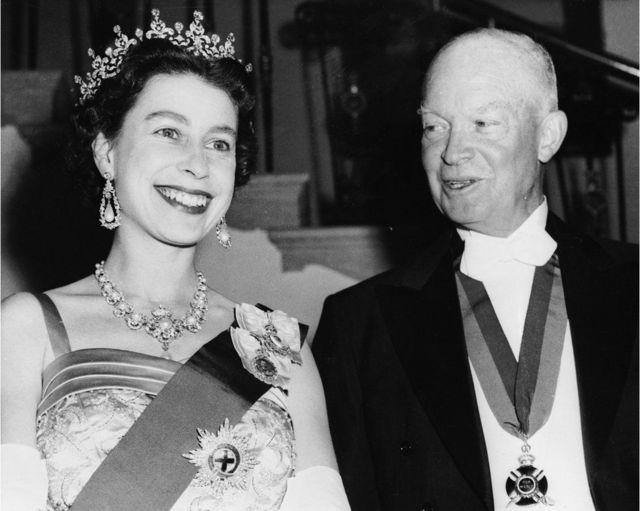 1957年,英国女王与美国总统德怀特·艾森豪威尔(Dwight D Eisenhower)出席白宫国宴。艾森豪威尔戴着二战后英国国王乔治六世授予他的英国功绩勋章。