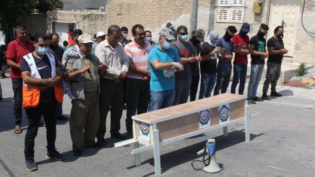 يقيم الفلسطينيون صلاة الجنازة الرمزية في جامعة الدول العربية