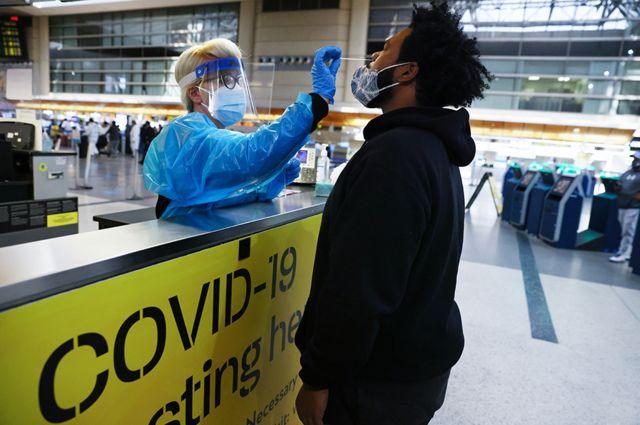 Um homem faz um teste de coronavírus no aeroporto de Los Angeles, nos Estados Unidos.
