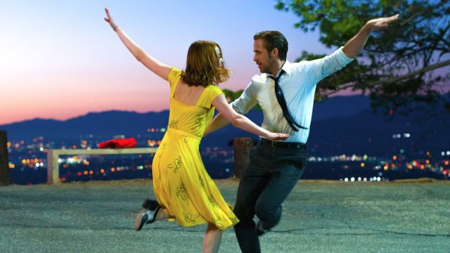 हॉलीवुड फ़िल्म ला ला लैंड एक संगीतकार और एक अभिनेत्री के सपनों की कथा है.