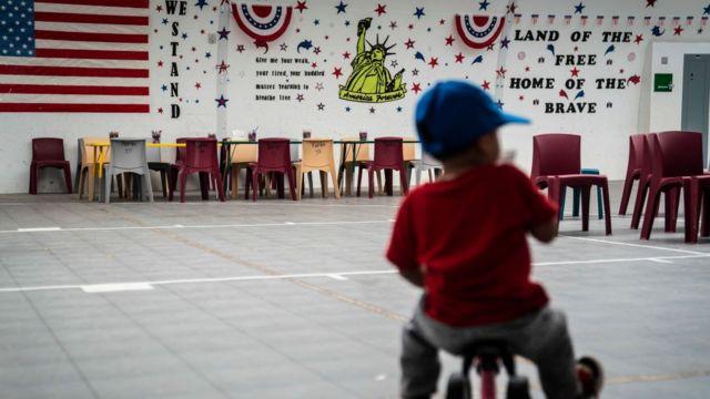 Un niño migrante juega en un gimnasio en el Centro Residencial Familiar del Sur de Texas en 2019.