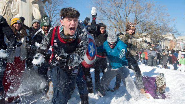 ワシントンのデュポント・サークルでは24日朝に雪合戦