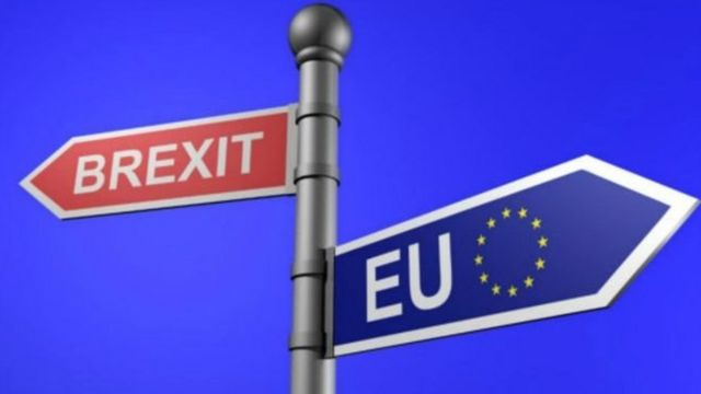 Il doit transposer telles quelles ou amendées une grande partie des lois européennes dans le droit britannique.