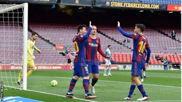 Lionel Messi celebra con sus compañeros