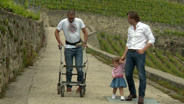 ムジーさんはクルティン博士の娘に、目の前で歩いてみせると宣言した。そして約束を守った