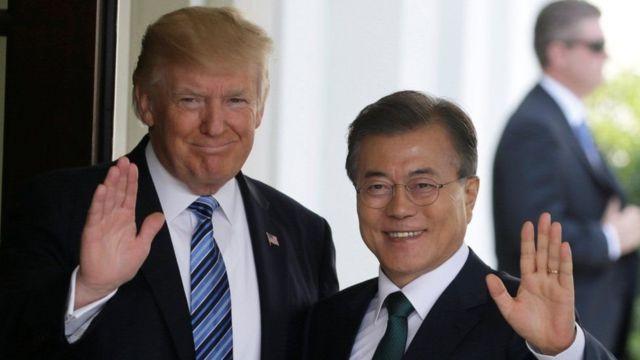 Trump ayaa Talaadada la kulmi doona madaxweynaha Kuuriyada Koonfureed Moon Jae-in oo dhanka midig xiga
