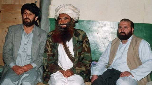 طالبان تایید کرده که آقای حقانی (نفر وسط) برای مدت طولانی بیماری بوده است