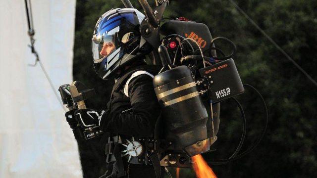 Leigh Coates sırt roketini, güvenlik kabloları ile ve güvenliksiz kullanarak uçan ilk kadın ünvanlarına sahip