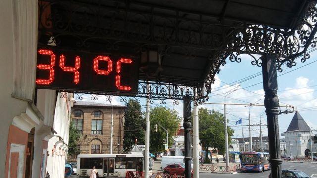 """Городской пейзаж Ярославля с термометром с надписью """"34 градуса"""""""