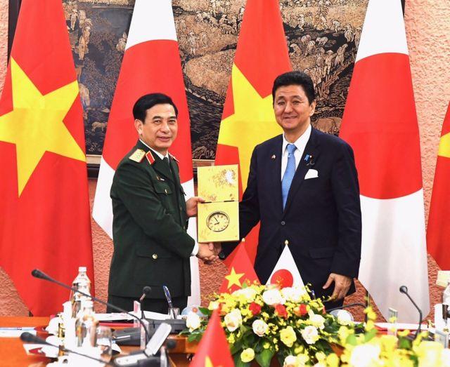 Ông Kishi cùng Bộ trưởng Bộ Quốc phòng Việt Nam Phan Văn Giang thảo luận