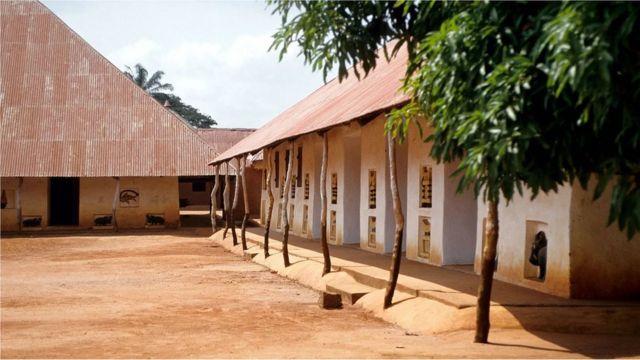 L'histoire du royaume du Dahomey est conservée dans les palais royaux d'Abomey, dans l'actuel Bénin.