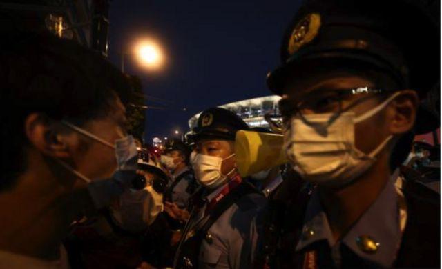 Fora do estádio houve protestos contra a realização dos Jogos em meio à pandemia