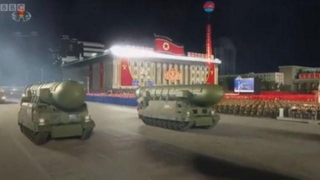 كوريا الشمالية تقيم استعراضا عسكريا يحوي صواريخ باليستية للمرة الأولى منذ عامين