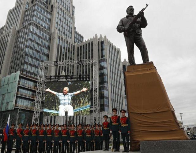 مجسمه میخائیل کلاشنیکوف