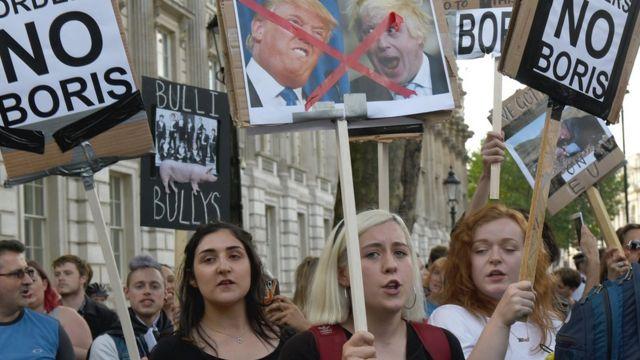 Jóvenes protestan contra Boris Johnson