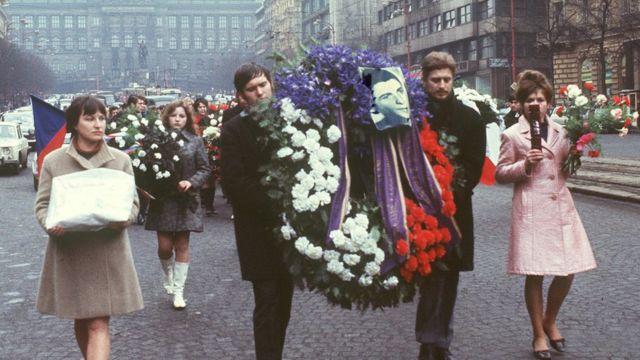 Người dân Tiệp Khắc tuần hành hôm 25/1/1969 tại quảng trường Wenceslas ở trung tâm Prague tại lễ tang của Palach, một sinh viên tự thiêu để phản đối Liên Xô xâm chiếm Tiệp.