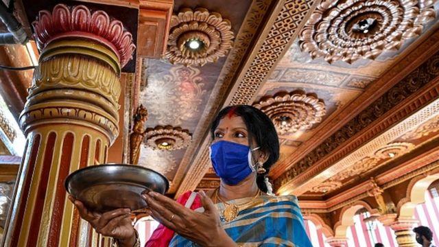 श्रीलङ्काको कोलम्बोस्थित हिन्दु मन्दिरमा पूजा गर्दै एक भक्तजन