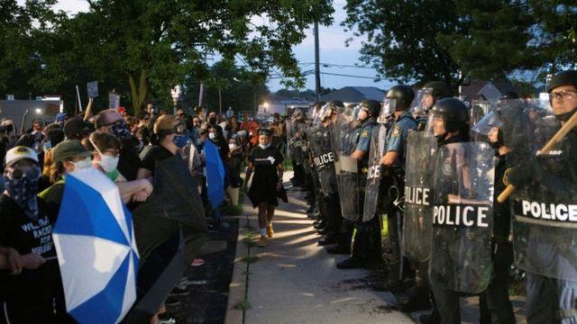 Multidão de frente para policiais nos EUA