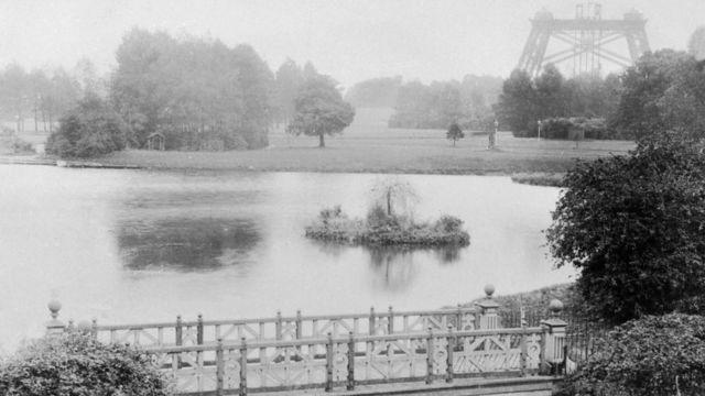 Imagem do lago com a torre ao fundo