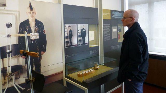 O Museu da Stasi, em Berlim, exibe foto de registro policial de um punk preso
