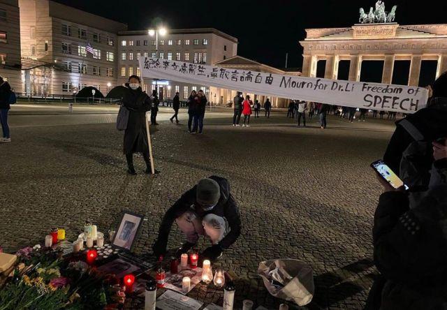 柏林民众聚集纪念李文亮医师。(photo:BBC)