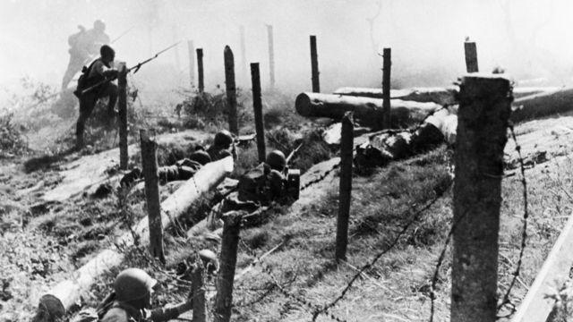 Красноармейцы штурмуют финские укрепления в ходе Зимней войны 1939-1940 годов